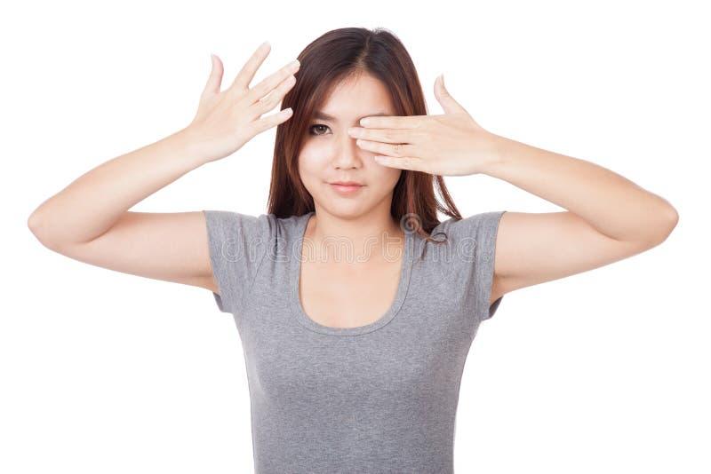 年轻亚洲妇女关闭一只眼睛张开一只眼睛 免版税库存图片