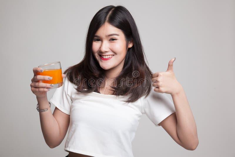 亚洲日p网手机_年轻亚洲妇女赞许喝橙汁