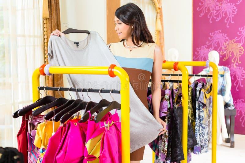 亚洲妇女购物在时尚商店 库存图片