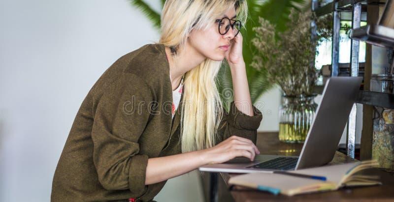 亚洲学习妇女膝上型计算机社会的网络学会概念 库存照片