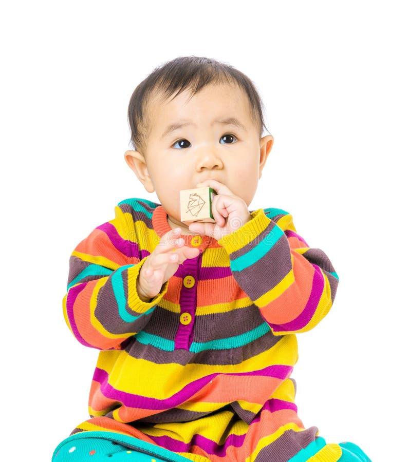 亚洲婴孩叮咬玩具块 库存照片