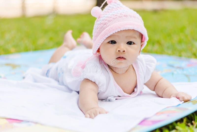 漂亮亚洲男婴孩高清照片_download 亚洲婴孩谎言有倾向在地面在公园 库存照片.