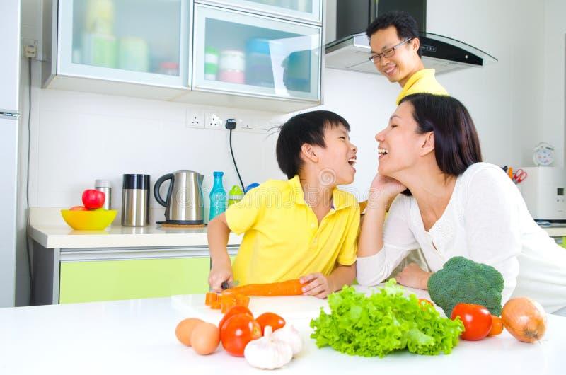 亚洲家庭厨房生活方式 库存照片