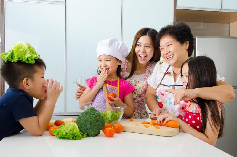亚洲家庭厨房生活方式  免版税库存照片