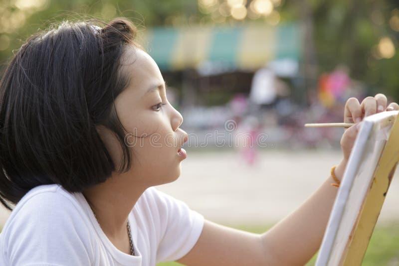 亚洲小女孩绘画 库存照片