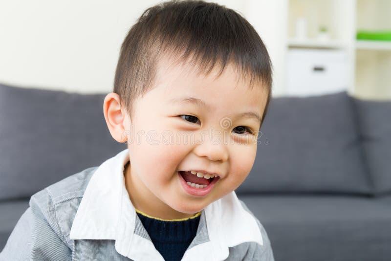 亚洲小男孩笑 免版税库存图片