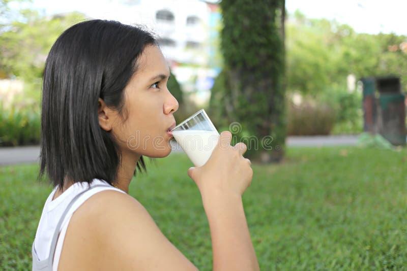 亚洲妈妈色�_亚洲怀孕的妈妈是饮用奶在庭院里
