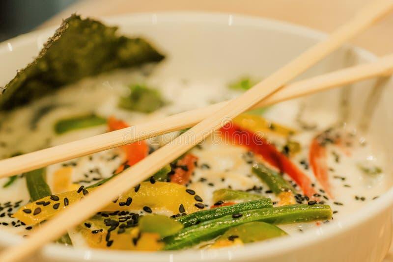亚洲汤用椰奶和菜 汤姆薯类样式盘,典型在泰国 与筷子的泰国食物 免版税图库摄影
