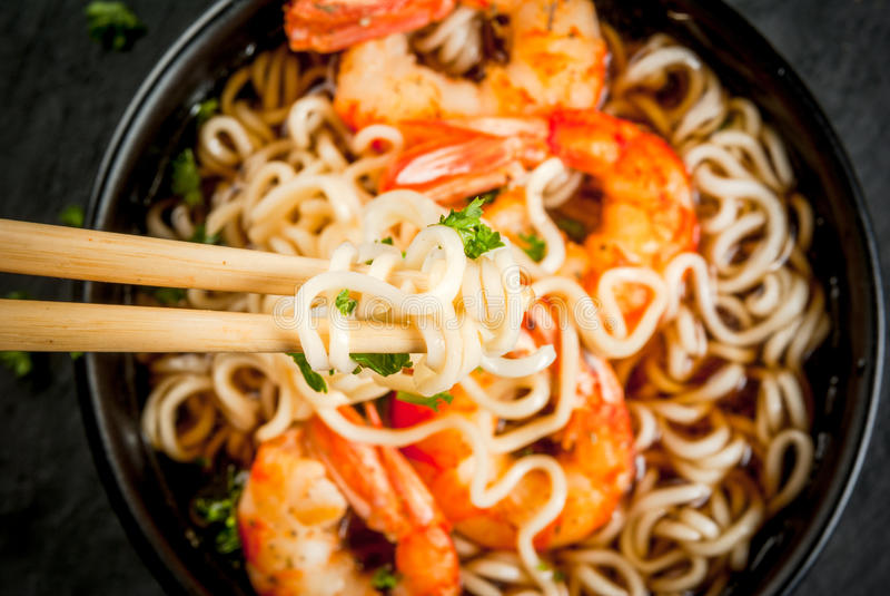 亚洲汤用面条和虾大虾 免版税库存图片