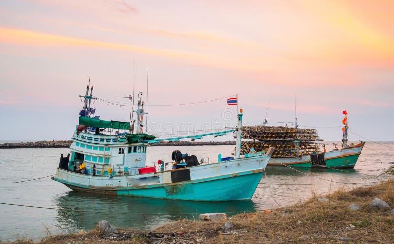 亚洲渔船沿着岸日落ba靠码头 免版税图库摄影