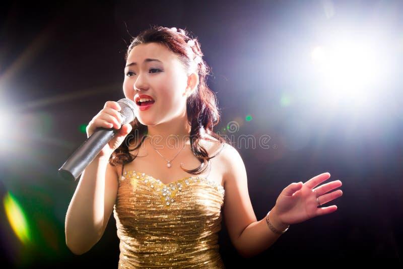 亚洲的唱歌的妇女 免版税库存照片