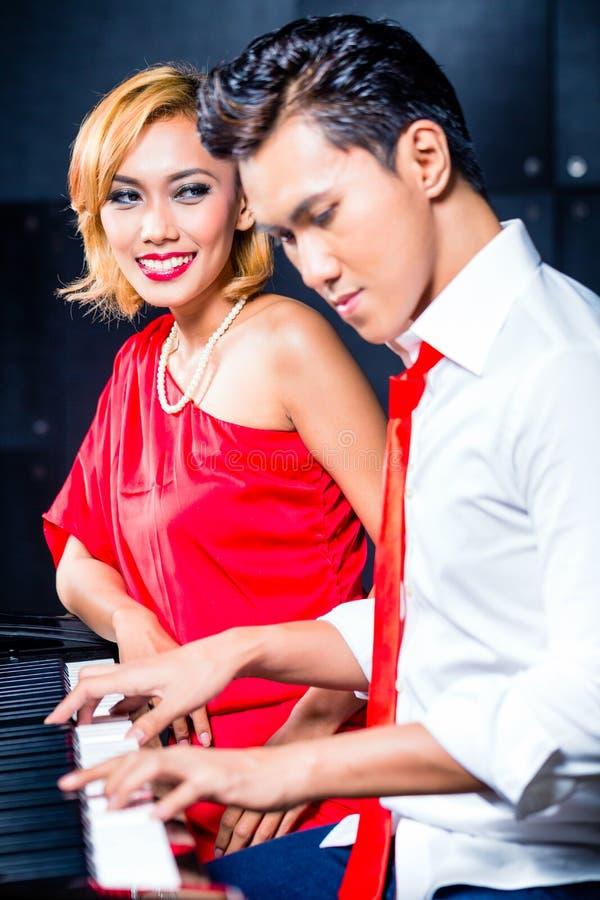 亚洲职业音乐家录音歌曲在演播室 免版税库存照片