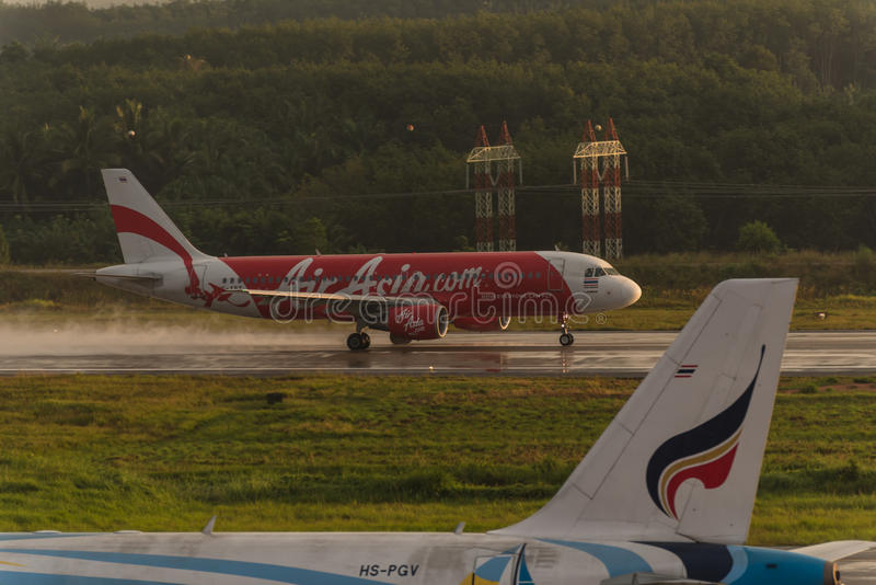 亚洲航空辗压为在krabi机场离开 免版税库存照片