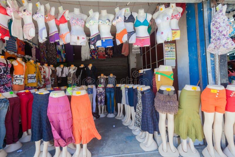 亚洲衣物Mannaequins贸易存储 免版税库存照片