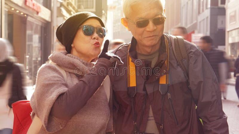 亚洲资深夫妇获得乐趣在欧洲退休周年 库存照片