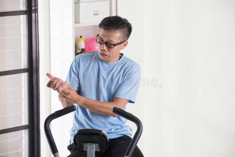 Download 亚洲资深男性手伤 库存照片. 图片 包括有 体操, 腕子, 掌上型计算机, 高级, 年长, 适应, 肌肉 - 62537200