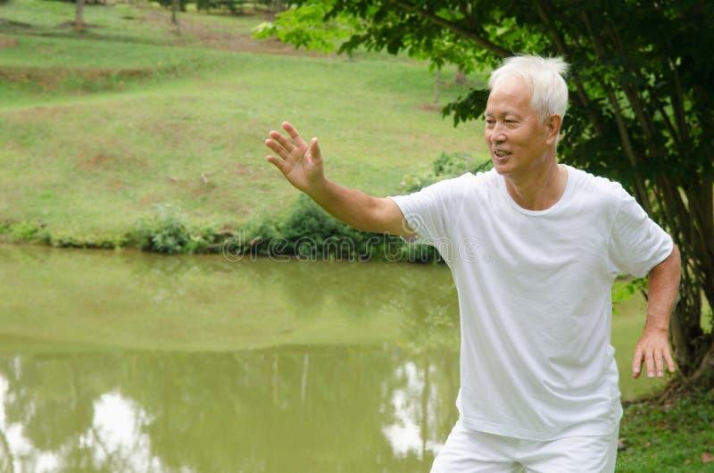 亚洲资深男性锻炼 免版税库存图片