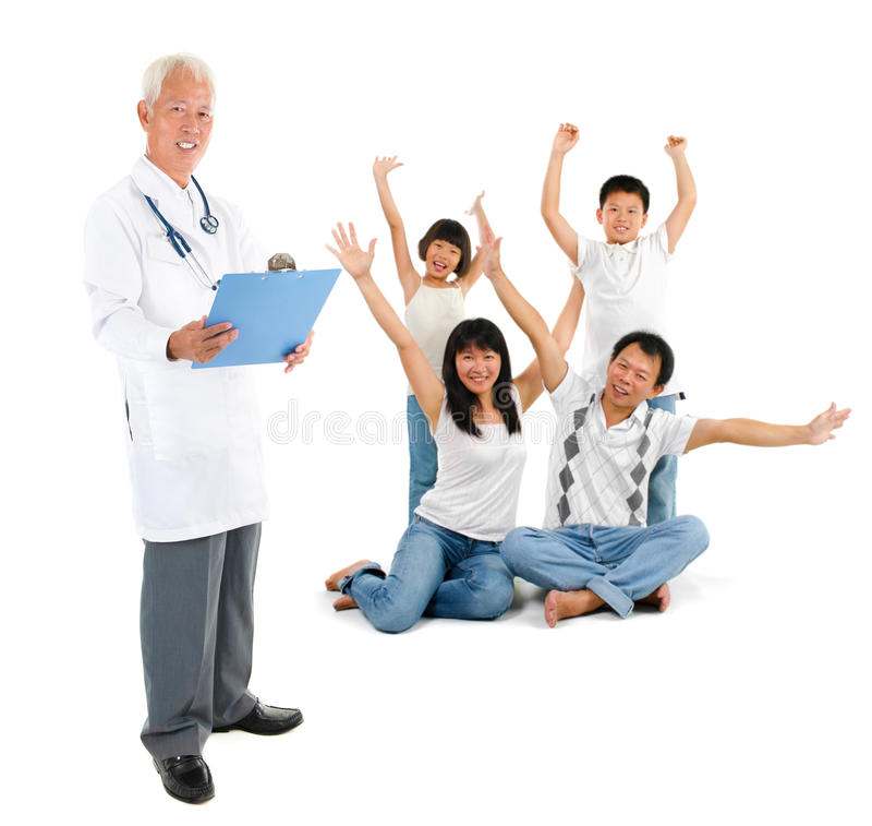 亚洲资深医生和患者家庭 免版税库存图片