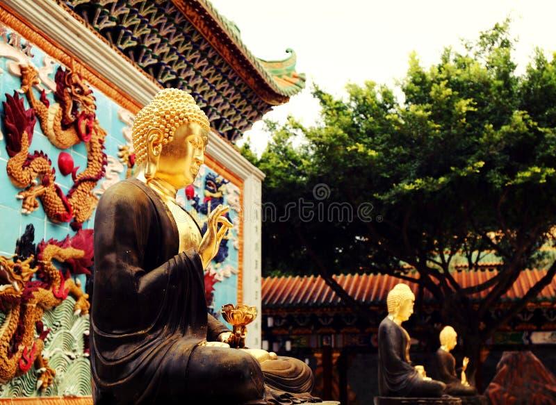 亚洲金黄释迦牟尼雕象,在中国佛教寺庙的佛教雕象 图库摄影