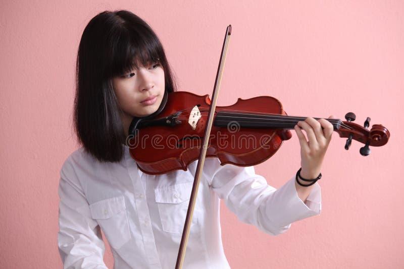 亚洲青少年与小提琴 免版税库存照片