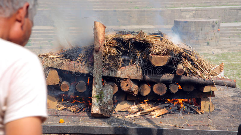 死亡尸体灼烧的火葬火, pashupatinath寺庙,加德满都,尼泊尔 库存图片