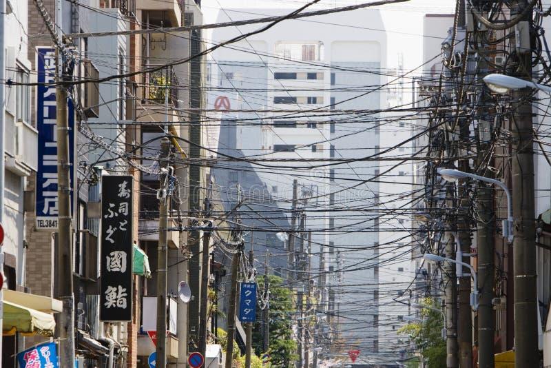 交叉往来在城市街道上的电线 库存照片