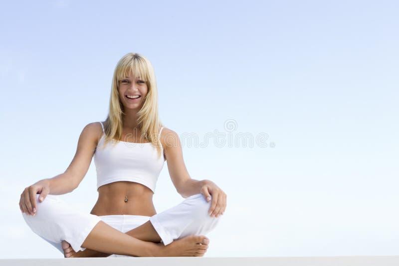交叉有腿的坐的妇女年轻人 库存图片