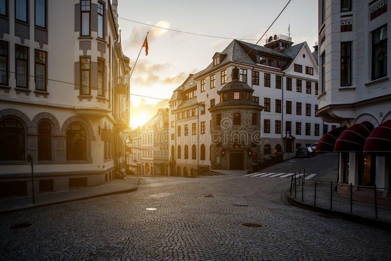 交叉路在欧洲城市 时间,日落,微明 库存图片