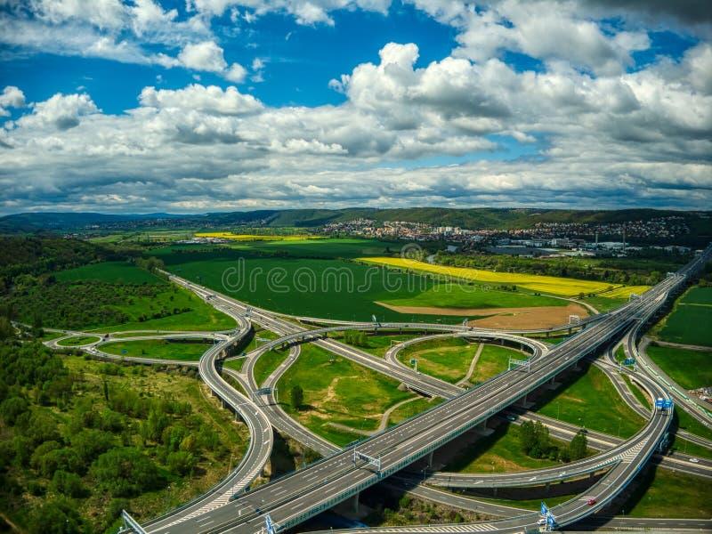 交叉路鸟瞰图在云彩下的在zbraslav夏天附近 库存照片