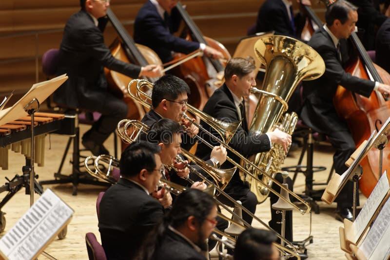 交响乐表现在音乐厅里 免版税库存图片