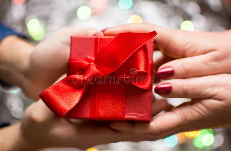 交换华伦泰礼物的夫妇 免版税库存图片