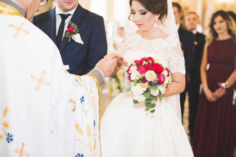 交换婚戒的新娘和新郎 时髦的夫妇官员仪式 库存照片