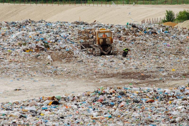 交换工作在与寻找食物的鸟的垃圾填埋 在城市转储的垃圾 土壤污染 在自行车运河eco能源环境友好平均值次幂保护可延续的岗位运输风之上 库存图片