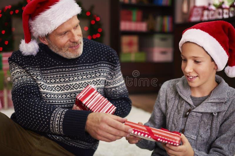 交换礼物与爸爸 免版税库存照片