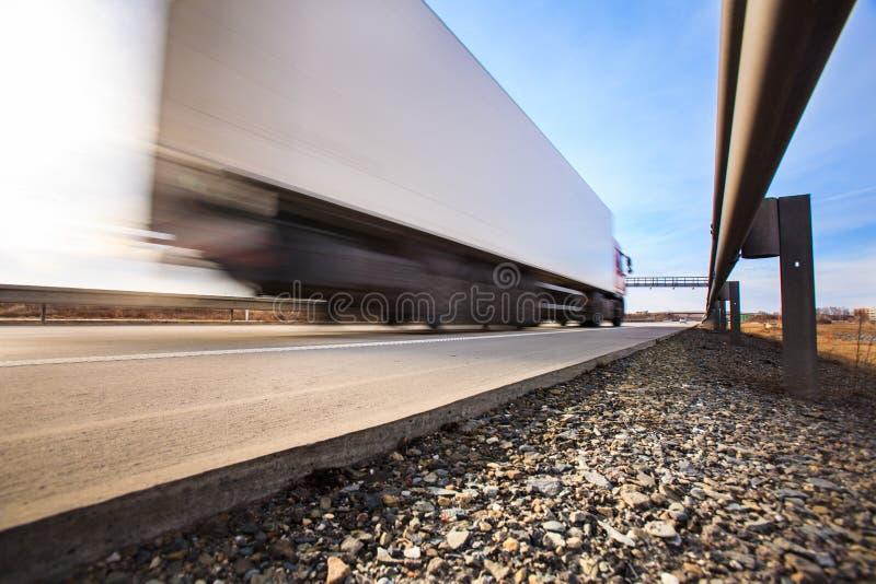 交换穿过在高速公路的一个关门 免版税库存图片