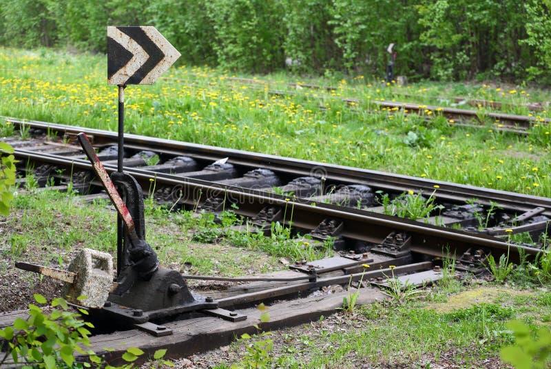 交换老铁路线的铁路轨道长满与草 库存图片