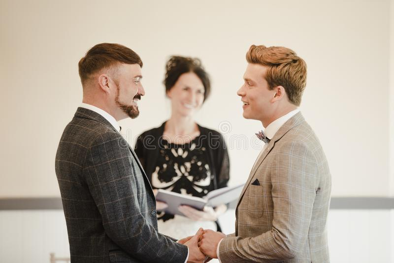 交换誓愿的两个人在他们的婚礼之日 库存图片