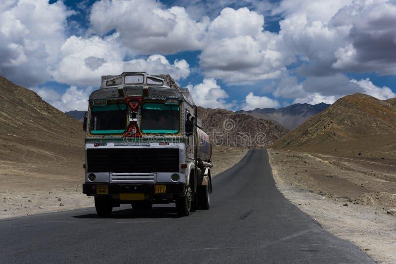 交换继续前进在拉达克沙漠平原的一条直路  库存图片