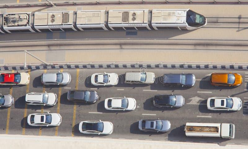 交易与汽车和电车在迪拜小游艇船坞 鸟瞰图 库存图片