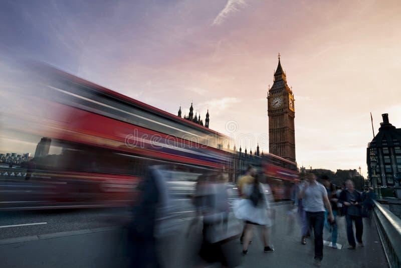 交易在有大本钟的威斯敏斯特桥梁在背景 免版税库存照片