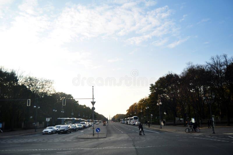 交易路,并且德国人民在柏林市走乘驾驱动并且骑自行车在连接点 库存照片