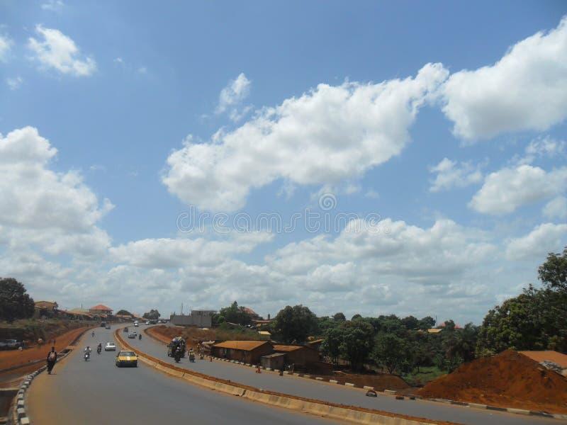 交通与美丽的蓝天的路风景 免版税图库摄影