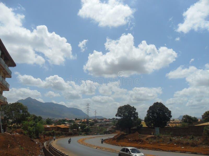 交通与美丽的蓝天的路风景 免版税库存照片