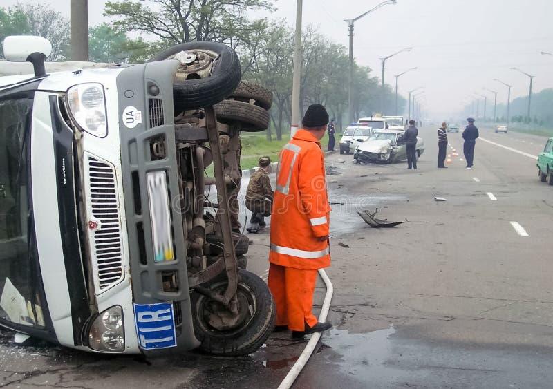 交通事故,一辆被击毁的汽车的后果 公路交通事故 库存照片