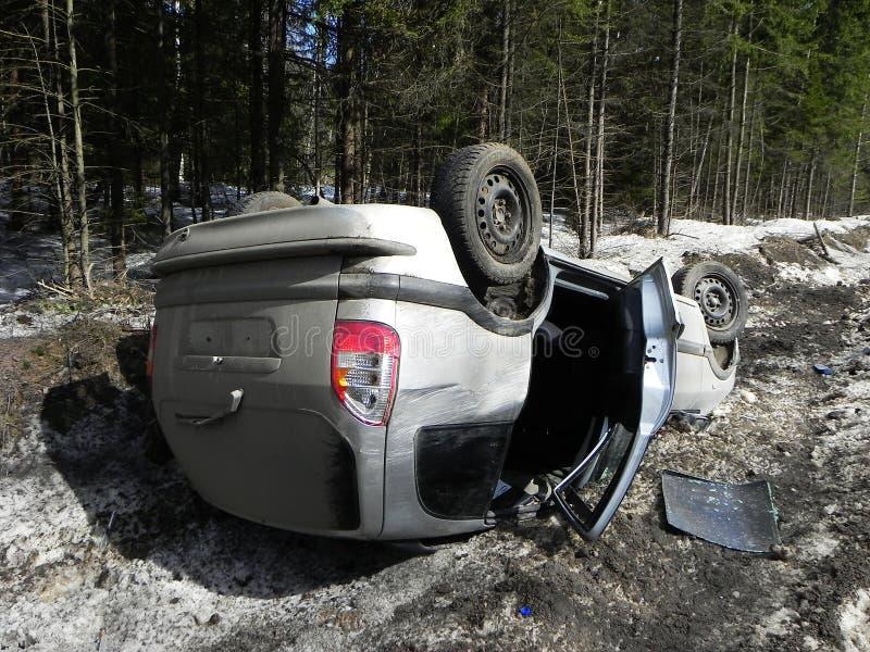 交通事故,被弄翻的汽车 事故在一条溜滑路的冬天发生了 图库摄影