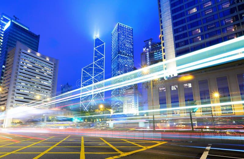 交通在晚上在城市 免版税库存图片