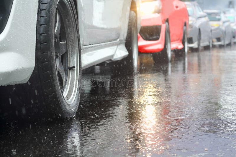 交通堵塞在一个雨天 免版税库存图片