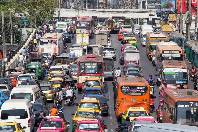 交通慢慢地沿一条繁忙的路移动在曼谷,泰国 免版税库存图片
