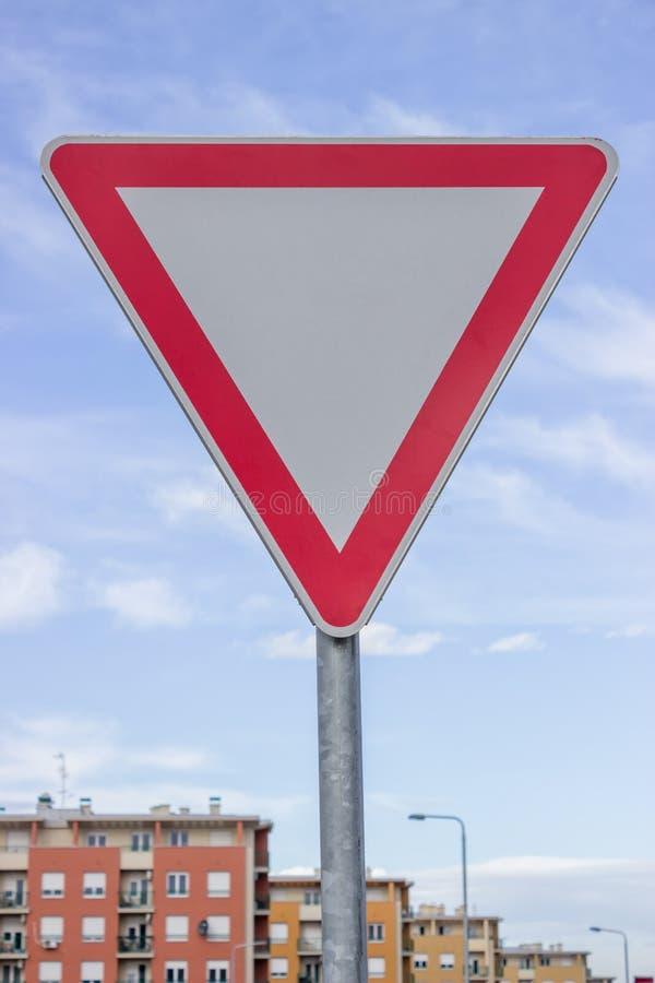 交通标志为让路优先权有美丽的天空的出产量路 免版税图库摄影