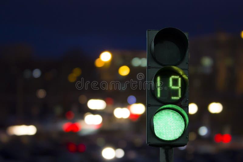 交通浅绿色的信号在夜 免版税库存图片